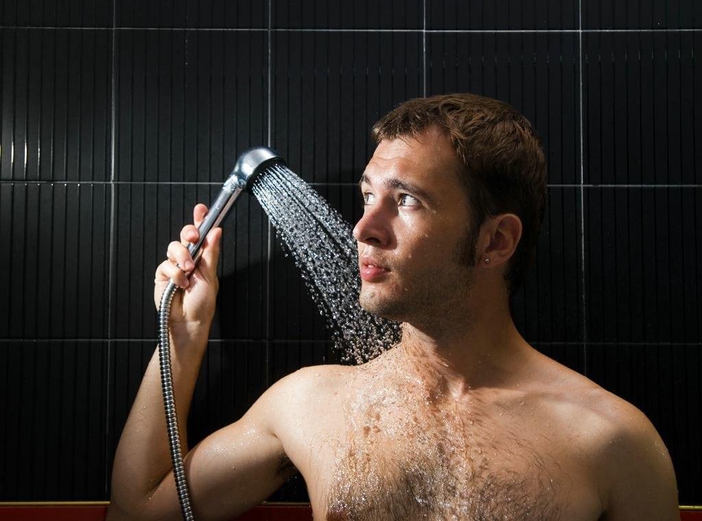 Фото мужчины в душе моет член, смотреть видео жена с большой грудью